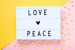 Lightbox med ord älskar fred fotografering för bildbyråer