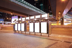 Lightboxes della pubblicità degli ambiti di provenienza dello streetscape del ponte della città di Fotografia Stock Libera da Diritti