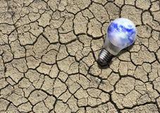 Lightbulb на треснутой земле Стоковое Фото
