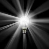 Lightbulb die op wit - met het knippen van weg wordt geïsoleerdg Royalty-vrije Stock Foto's