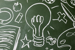 Lightbulb i symbole rysujący na chalkboard, kopii przestrzeń obrazy royalty free
