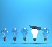 Lightbulb med avläggande av examenhatten Arkivbild