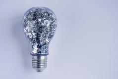 Lightbulb met Glanzende Zilveren Sterren wordt gevuld die Royalty-vrije Stock Afbeeldingen