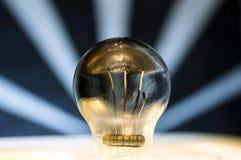 Lightbulb mot blåa band Royaltyfri Foto
