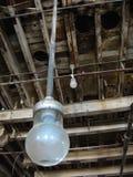 Lightbulb w Zaniechanej Przemysłowej fabryce Obrazy Royalty Free
