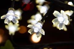 Lightbulbs på konstgjort träd Arkivfoto
