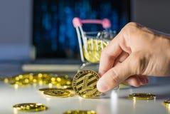 Lightcoin à disposição Guarde uma moeda com dedos fotos de stock royalty free