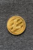 lightcoin sur un fond gris le lightcoin est une manière moderne d'échange et cette crypto devise est des modes de paiement commod Photographie stock libre de droits