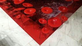 Lightdecoration vermelho do metal em fluir a lagoa fotos de stock royalty free