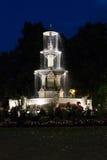 Lighted laufender Brunnen unter dunklem Nachtzeithimmel Lizenzfreie Stockfotografie