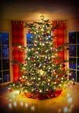Lighted verzierte Weihnachtsbaum im Wohnzimmer Stockbild