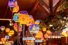 Lightened adornó las bolas de cristal de la Navidad en el mercado de Navidad, Stut Fotografía de archivo