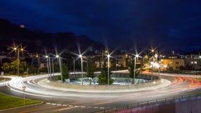 Lightextractors alrededor de un cruce giratorio en la ciudad de Innsbruck imagen de archivo libre de regalías