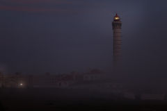 Lighthouse in a foggy dusk Royalty Free Stock Photos