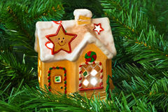 Lightinghus och jultree Royaltyfri Foto