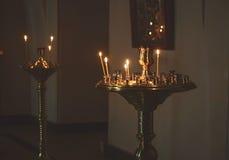 Lightingstearinljus i en kyrka Royaltyfria Bilder