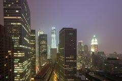 Lightining i New York horisont på en dimmig natt Royaltyfri Bild
