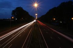 Lightlines en la carretera A20 en la guarida aan IJssel de Nieuwerkerk con alto tiempo de la abertura del obturador y alto diagra Fotografía de archivo