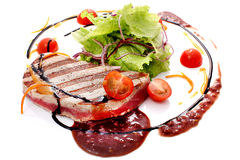 Lightly seared tuna steak with sesame fresh salad Royalty Free Stock Photography
