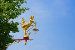 Lightpole adornó en estilo tradicional tailandés Imagen de archivo libre de regalías