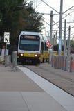 Lightrailzug schnelle Durchfahrt PFEIL Dallas-Bereichs Stockfotos