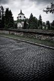 Lighttower über dem Kirchhof stockbild