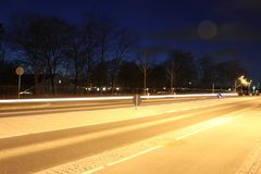 Lighttrails av bilar Arkivfoton