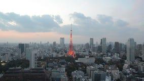 Lightup della torre di Timelapse Tokyo e cielo di tramonto stock footage