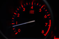 Ligjt rouge sur le tachymètre dans la voiture Photo stock