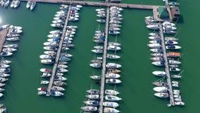 Lignano, Italia - mayo de 2019: Puerto deportivo aéreo de la opinión del abejón con los yates en Lignano Embarcadero desde arriba almacen de video