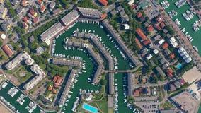 Lignano, Italia - mayo de 2019: Puerto deportivo aéreo de la opinión del abejón con los yates en Lignano Embarcadero desde arriba almacen de metraje de vídeo