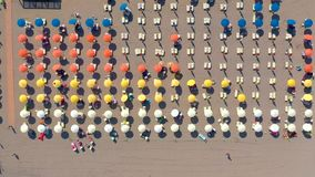 Lignano Włochy, Maj, -, 2019: Lignano plaża przy Adriatyckiego morza linią brzegową w Włochy trutnia powietrznym widoku Europa po zdjęcie wideo