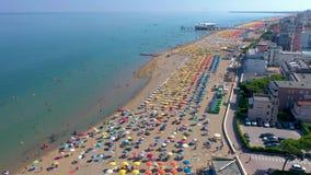 Lignano Włochy, Maj, -, 2019: Lignano plaża przy Adriatyckiego morza linią brzegową w Włochy trutnia powietrznym widoku Europa po zbiory wideo