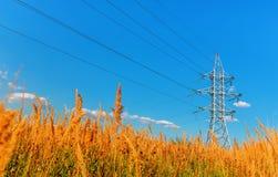 Ligne à haute tension et ciel bleu image stock