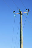 Ligne à haute tension sur le pilier en bois Photo stock