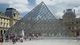 Ligne à la billetterie du musée de Louvre Pyramides, fontaine Touristes sur la place banque de vidéos