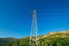 Ligne électrique à haute tension - bleu Photo stock