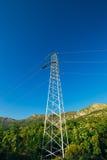 Ligne électrique à haute tension - bleu Photos libres de droits