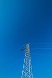 Ligne électrique à haute tension - bleu Photos stock