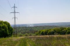 Ligne électrique à haute tension - bleu Images libres de droits