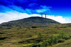 Ligne électrique à l'arrière-plan de paysage de montagne de la Norvège Photos stock