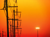 ligne électrique électrique et dernière lumière de coucher du soleil de soirée Photos stock