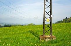 Ligne électrique élevée de ND de panneau d'avertissement de holtage photo libre de droits