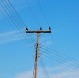 ligne électrique actuelle de poteau dans le ciel nuageux et le Ba abstrait Images libres de droits