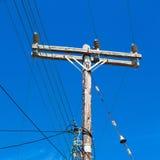 ligne électrique actuelle de poteau dans le ciel nuageux et le Ba abstrait Images stock