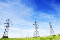 Ligne électrique au ciel bleu Images stock