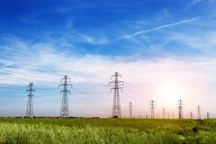 Ligne électrique au ciel bleu Image libre de droits