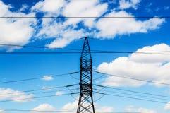 Ligne électrique contre le ciel Photos stock