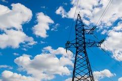 Ligne électrique contre le ciel Images libres de droits
