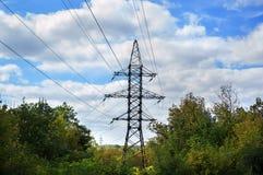 Ligne électrique contre le ciel bleu Photos stock